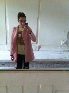Outfit: Cookie Shirt, pink Coat vom Zara, Brille von Lena Hoschek