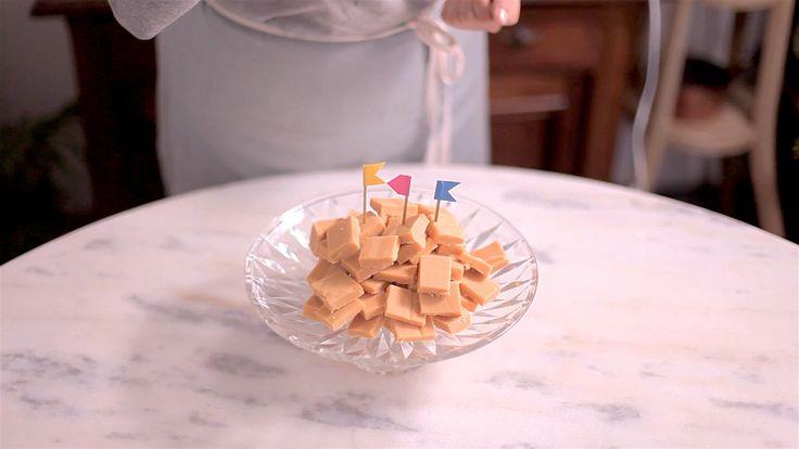 Receita com instruções em vídeo: Rapadura de Leite Condensado ou Doce de Leite de cortar? Com um nome ou outro, o que importa é que fica uma delícia! Ingredientes: 1 lata de leite condensado (395g), 450g de açúcar, 150ml de leite, 115g de manteiga, 1 colher de chá de essência de baunilha