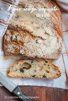 pane stupendo con olive ,senza bisogno di impasto, facile da fare e buono da gustare, peccato che una fetta tira l'altra e finirà in fretta