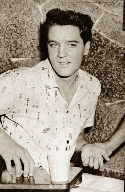 Elvis Presley entre les prises sur le film Blue Hawaii, avril 1961.