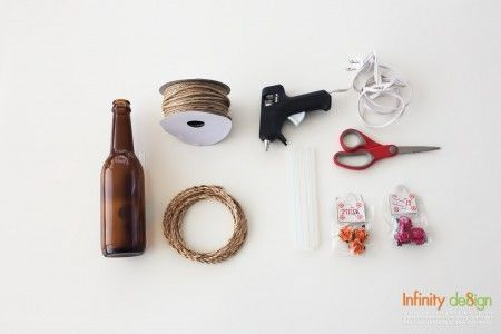 DIY แจกันจากขวดน้ำธรรมดาๆ ให้คูลไม่ซ้ำใคร อุปกรณ์ 1. ขวดแก้ว (ขวดแก้วเล็กๆ หรือขวดน้ำตาลสดหาซื้อได้ทั่วไป) 2. เชือก อาจใช้เชือกป่านหรือเชือกผักตบชวาก็ได้ 3. กาวและปืนกาว 4. กรรไก 5. ดอกไม้ปลอม