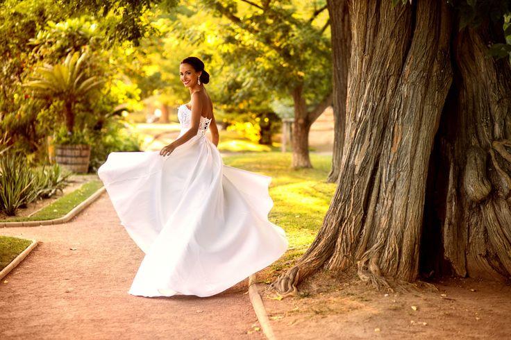 Ludivine Guillot, robe de mariée sur mesure à Lyon. Mikado - soie - bustier - dentelle - strass - évasée - princesse - chic - élégant - satin - wedding - dress - bridal gown - lace - mariage - tendance 2017 2018