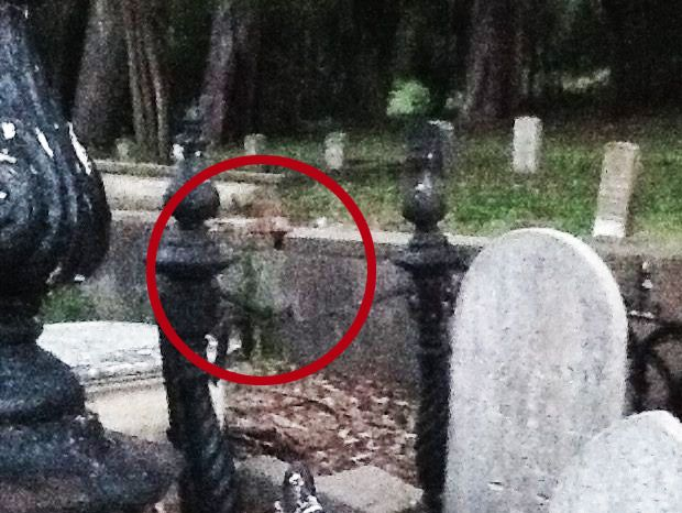 Real Ghost Pictures: The Little Girl In The Cemetery