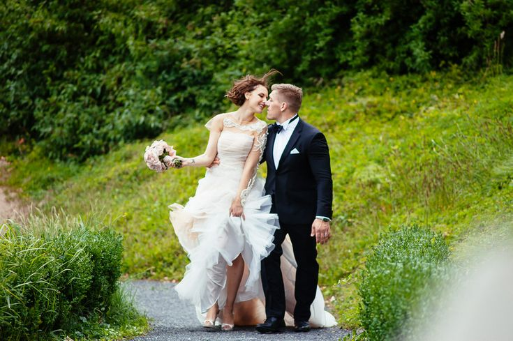Chateau Liblice.Свадьба в Чехии. Свадебный фотограф в Чехии: свадебное платье, ветер, волосы, поцелуи