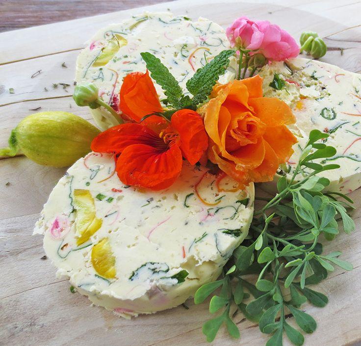 Kräuterbutter mal anders: Wir haben Butter mit essbaren Blüten aus unserem Bauerngarten veredelt. Kräuterbutter selbstgemacht ist ein einfaches Rezept!