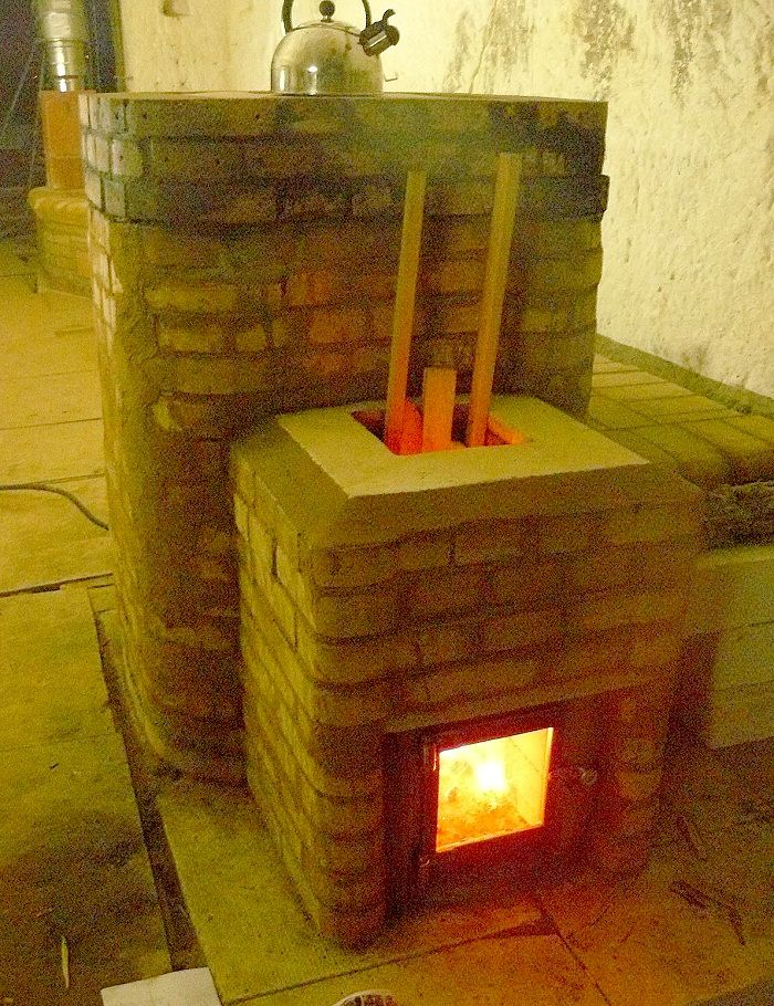Rocket mass heater with a cooktop. The heat riser does not have to be a barrel, but can be built from masonry. marquedeposee.over-blog.com
