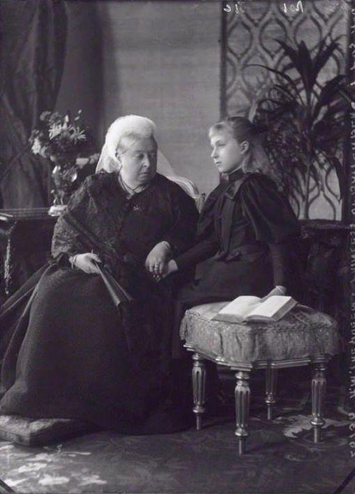 REINA VICTORIA con su nieta que se convertiría en zarina DE RUSIA