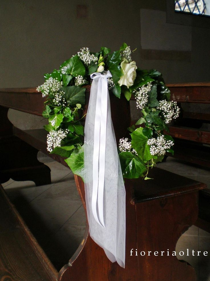 Fioreria Oltre/ Wedding ceremony/ Church wedding flowers/ Pew decoration/ Ivy, rose, baby's breath  https://it.pinterest.com/fioreriaoltre/fioreria-oltre-wedding-ceremonies/