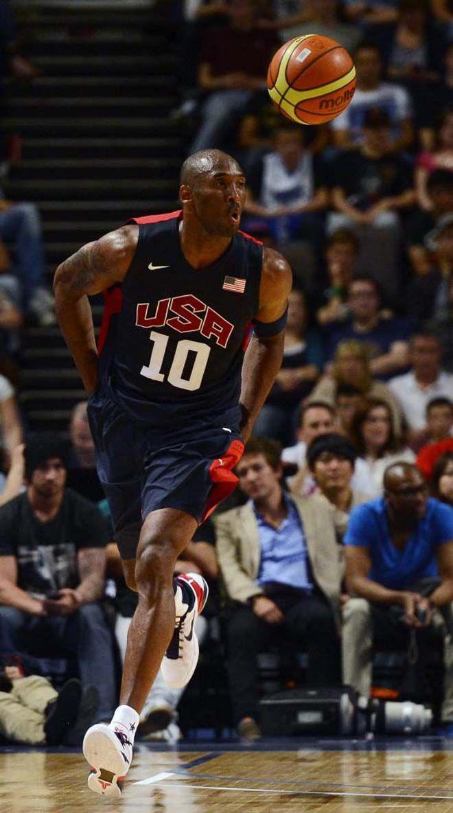 Estados Unidos barrió a Gran Bretaña por 118-78 y llegó a ganar hasta por 47 puntos. En la imagen, Kobe parece relamerse ante la cantidad de opciones que tiene de mucha calidad entre sus compañeros. El Dream Team afina y engrasa la maquinaria de cara a los Juegos.