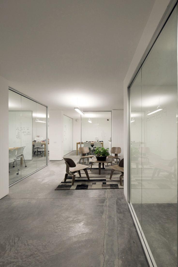 La sala abierta en el piso de dirección funciona como punto de encuentro informal para los directores.