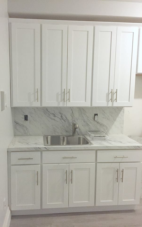 White Kitchen Marble Countertop And Backsplash #brooklynkitchen  #kitchenideas #nyckitchen #design #kitchencountertop