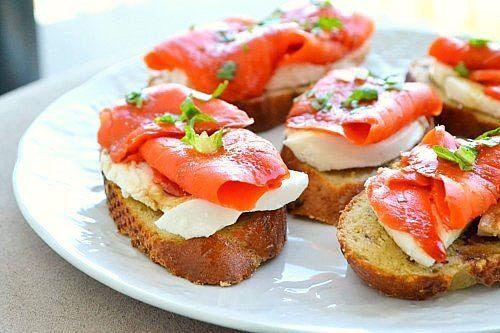 Хрустящие бутерброды с моцарелой и копченым лососем