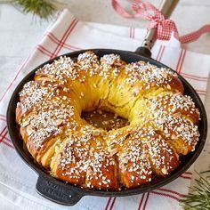Baka en saftig vetekrans fylld med mandelmassa.