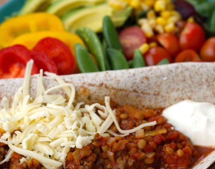 Slik lager du smartere taco! Lag tacogryte til neste fredagstaco og bytt ut halvparten av kjøttet du vanligvis bruker med bønner.