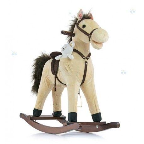 Konik na biegunach MUSTANG.  Jest to wyjątkowy, mięciutki konik na biegunach, każde dziecko marzy o takiej zabawce!  Mustang ma małego przyjaciela - misia, który znajduje się w kieszonce po boku konika, będzie on towarzyszył dziecku podczas różnorodnych zabaw.  Oprócz tradycyjnej funkcji bujania, posiada również szereg atrakcyjnych opcji, które umilą i uatrakcyjnią zabawę - rusza pyszczkiem, rusza ogonem oraz wydaje dźwięki.  Konik posiada drewniane bujaki oraz drewniane uchwyty.