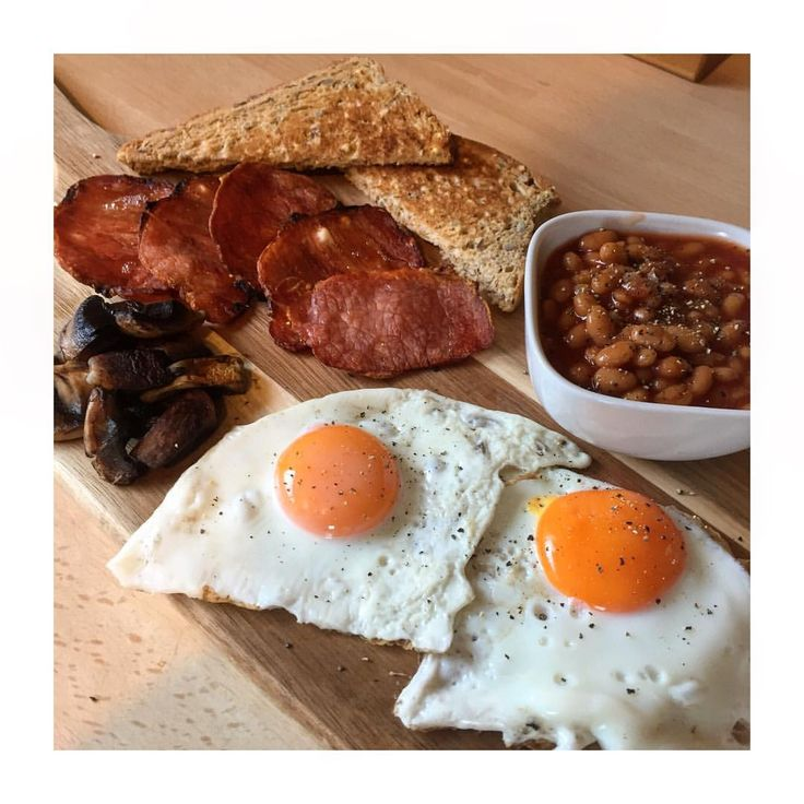 Brunch - Crispy bacon medallions, fried eggs, Heinz baked beans and a slice of toast.. #slimmingworld #weightwatchers frulle frukost