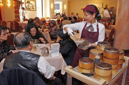La maison Kam Fung --- Dim sum pour les dîners... Les serveuses circulent avec des chariots de dumplings et on les arrête lorsqu'on veut essayer...