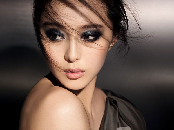 I like the smokey eyes on her almost looks like blue shadow..lin bing bing
