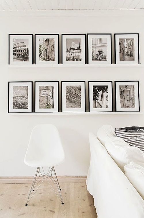 In plaats van fotolijsten aan de wand, op een richel erg rustig effect. En een voordeel minder gaatjes in de muur