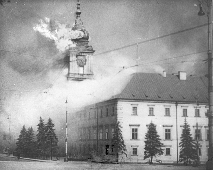 chateau royal de varsovie touche par le bombardement 17 septembre 1939