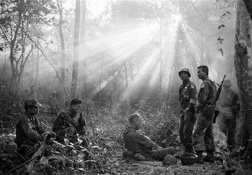 Santiago Lyon - Amanecer en la jungla. Los soldados estadounidenses y vietnamitas del sur esperaban una emboscada nocturna que no ocurrió (1965). (Horst Faas/AP)