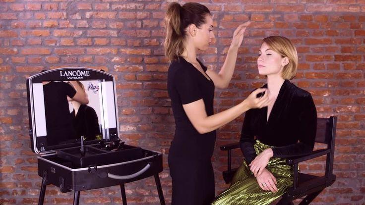 """""""Absoluter Trend sind gerade stark getuschte Wimpern plus Lidstrich"""", erklärt """"Blogger Bazaar""""-Gründerin Lisa Banholzer. """"Ich hatte das mal mit einer Wimpernverlängerung probiert, aber die muss man jeden Monat auffüllen lassen - das schaffe ich zeitlich einfach nicht regelmäßig."""" Julia Krämer, Digital Make-up-Artist von Lancôme, zeigt Lisa im Video, wie man mit der richtigen Mascara plus Eyeliner auf künstliche Wimpernverlängerung verzichten kann.  Styling: Samt-Body mit V-Ausschnitt und…"""
