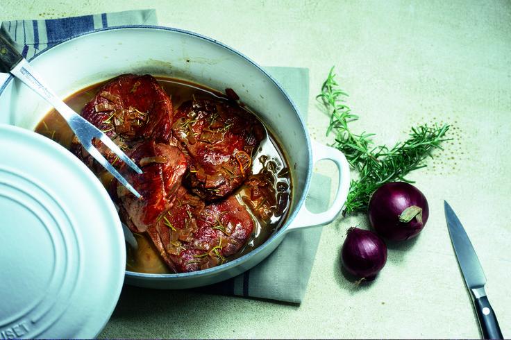 Hamlappen met rozemarijn en honing - Verhit de olijfolie in een braadpan. Bak hierin de hamlapjes rondom lichtbruin. Giet de saus erbij en stoof het vlees zachtjes 30 minuten, afhankelijk van de dikte van de lapjes tot het vlees gaar is. Voeg de laatste 5 minuten de rozemarijn toe.