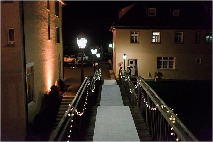 Wegbeleuchtung an Treppe und Teppichläufer weiß, Buch Staufeneck. Von Anmut und Sinn. Foto: Weddingpilots