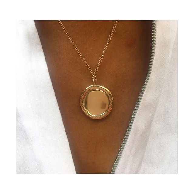 On Wednesdays we we wear pink 💗 Specifically our rose gold Closed Circle Fur Pendant against our fave @vince zip blouse 👚 Available from @humphreybutlerltd 💗 Link in bio 💗 #bearbrooksbankloves #BBxHB #furandclaw #newcollection #collaboration #18ct #rosegold #pendant #madeinlondon #finejewellery #finejewelry #contemporaryjewellery #contemporaryjewelry #rosegoldnecklace #rosegoldpendant #giftguide #goldjewellery #goldjewelry #jewellerydesign #jewelrydesign