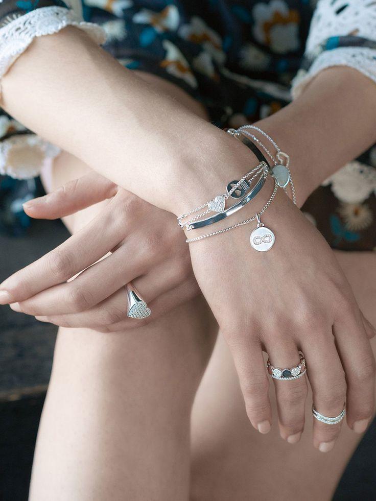 Die Armbänder vonThomas Sabo sind immer eine schöne Geschenkidee. Egal, ob für sich selbst oder für die beste Freundin. Das ein oder andere Armband aus der Love Coin Kollektion kann man auch gravieren lassen. Armbänder ab 58 Euro und Ringe ab 29 Euro.