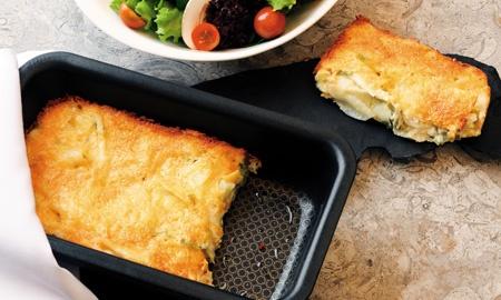 Gratín francés de papas y cebolla puerro.  Prepare esta receta en casa y sírvala como plato fuerte o como acompañamiento de su menú del día.
