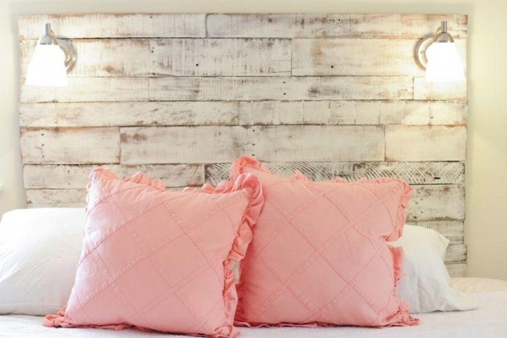 tête de lit palette de bois patiné, peinture blanc neige et coussins rose poudré