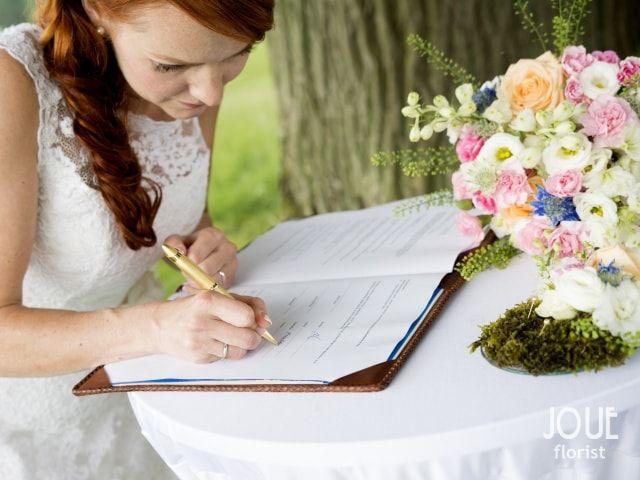 Malá letní svatba v přírodě, podpis nevěsty