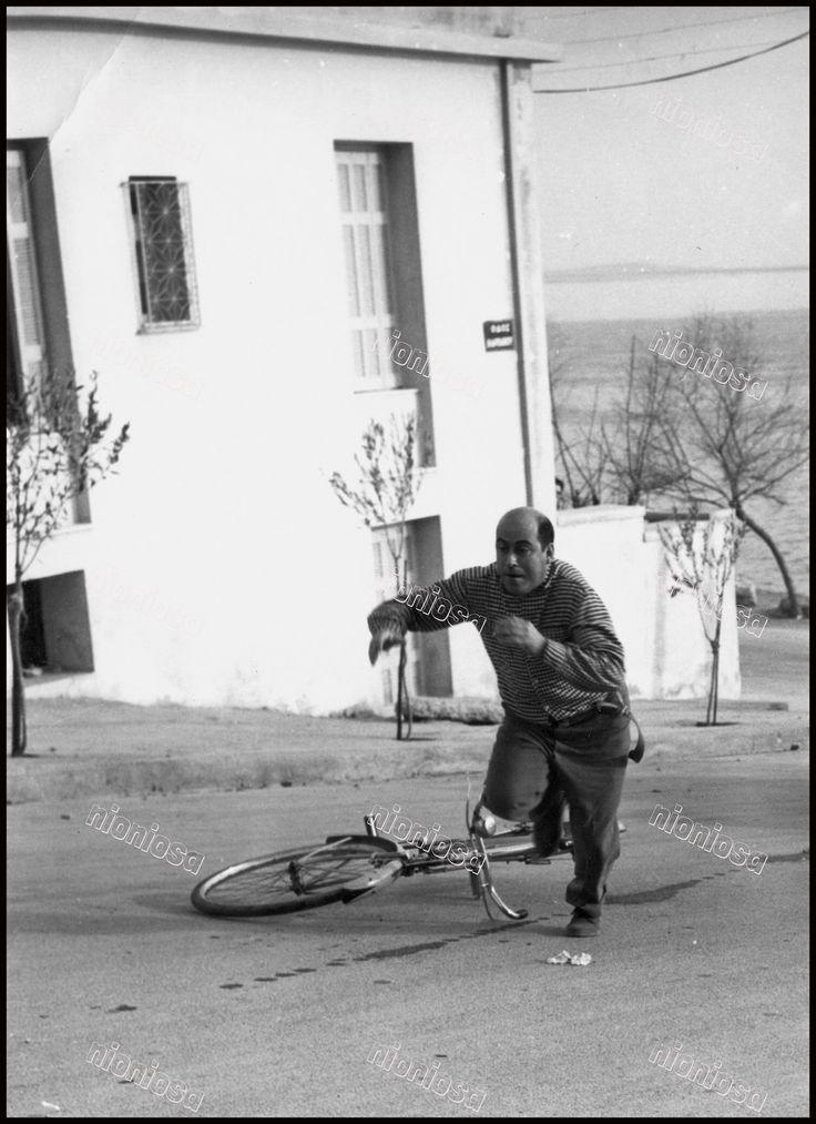 """Ο """"Καλός μας Άνθρωπος"""" ανηφορίζει τρέχοντας την οδό Καρπάθου λίγο πιό πάνω από την συμβολή της με την ακτή Θεμιστοκλέους. Από την ταινία του 1966, """"Ο Παπατρέχας""""."""
