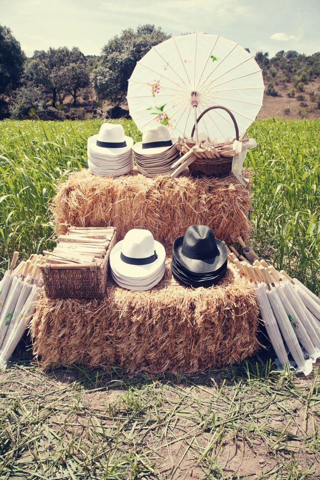 Pour que vos invités se protègent du soleil : ombrelles pour les dames, et chapeaux pour les messieurs.