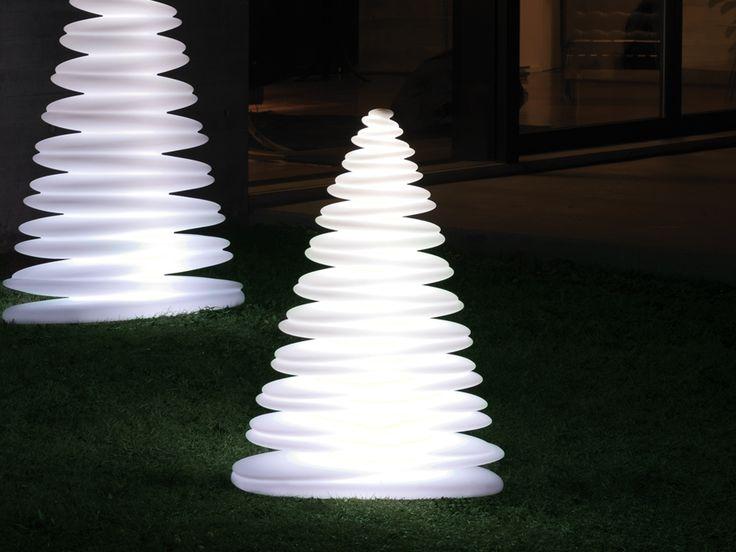 Nice Ein k nstlicher Weihnachtsbaum mal anders Der Chrismy von Vondom ist eine hoch stilisierte Tanne f r Freunde des modernen Designs