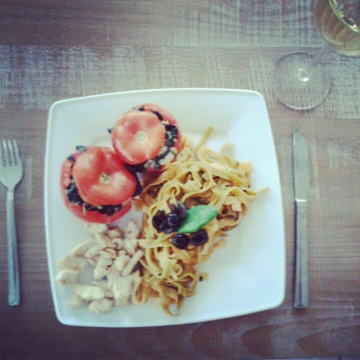Create by me! Pasta, rode pesto, kip, tomaat, mozzarella, basilicum, zwarte olijven, ui, knoflook, olijfolie.