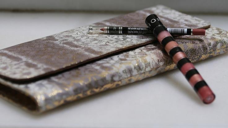 Cartera de Pantera, lip gloss de Sephora uptown girl y lápiz de labios perfect lipliner 79 de Isadora
