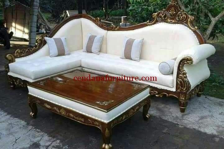 Kursi Sofa Sudut Ruang Tamu Brawijaya memiliki tampilan cantik dengan design semi klasik, kursi sofa yang nyaman untuk keluarga.