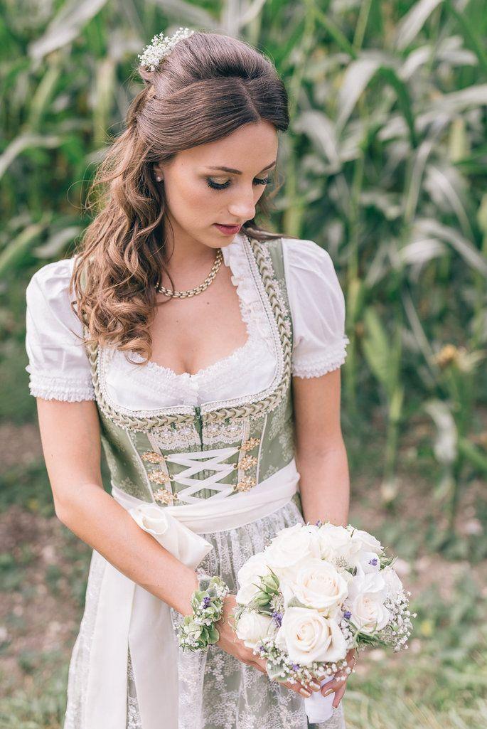 Traditionell Bayerische Hochzeit Sarah Tobias Gaben Sich In Tracht Das Ja Wort Hochzeitsfrisur Brau Dirndl Hochzeit Dirndl Frisuren Hochzeit Braut Dirndl