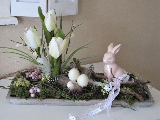 """grau gekälktes Holztablett im shabby-Style  dekorativ """"bepflanzt""""  mit einem süßen Keramikhasen in einem ganz zarten Roséton, weißen Tulpen, Gräsern, weißen Blüten und einem Nest aus..."""