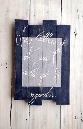 Tableau décoratif réalisé dans un esprit vintage design.  Fait à partir de bois de palette, effet bois vieilli grâce à une peinture bleue marine cérusée gris clair. Le ca - 19392296