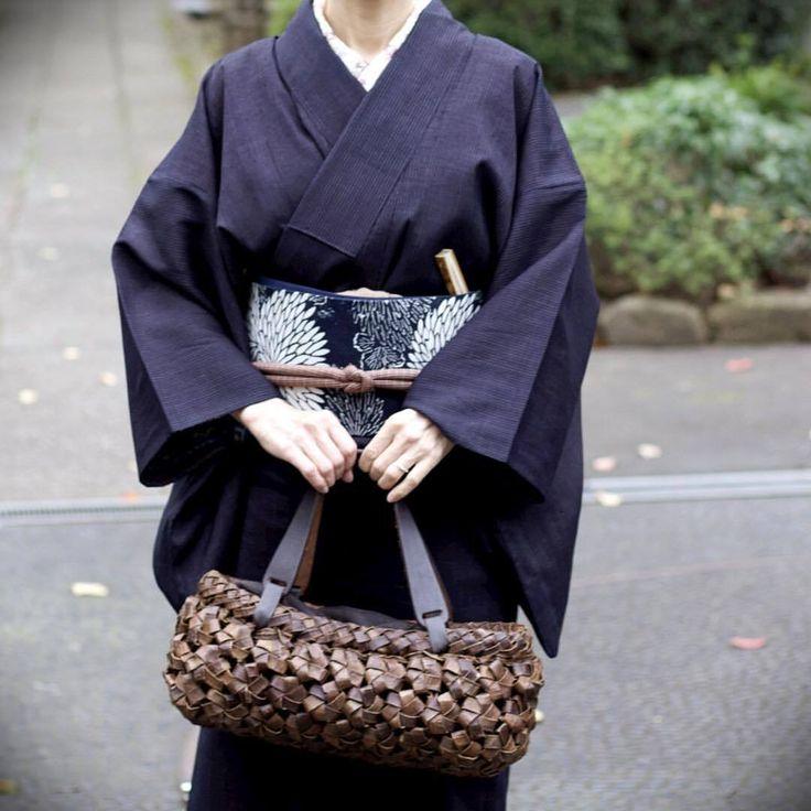 結城紬に菊の柄の帯。胡桃の籠 #japan #tokyo #setagaya #kimono #obo #着物 #きもの #帯 #結城紬 #紬 #tsumugi #胡桃 #くるみ #walnut #mum #chrysanthemum #bag #籠