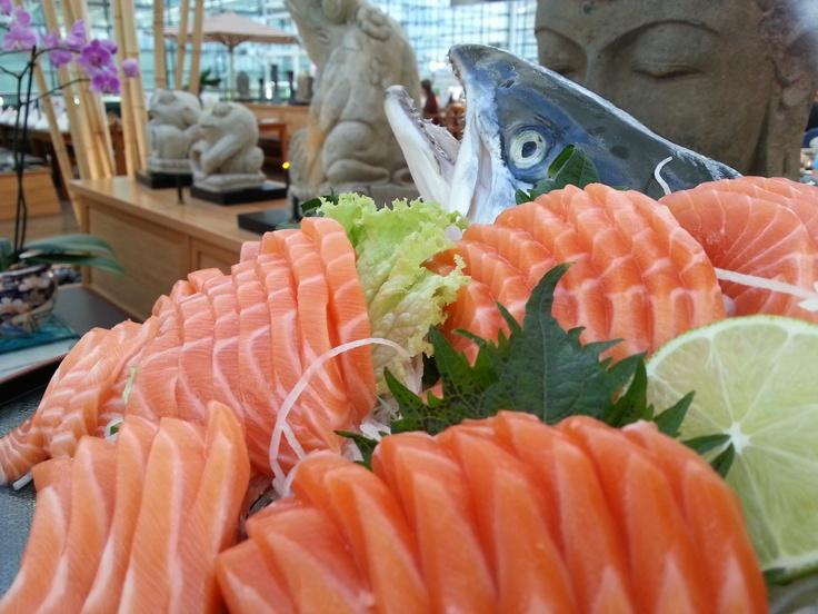 Lachsstreifen am Familienbuffet. Sonntags im Mangostin am Flughafen München.  Stripes of Salmon @ the Mangostin restaurant @ airport Munich  All you can eat sushi salads , fish , meat and more ...