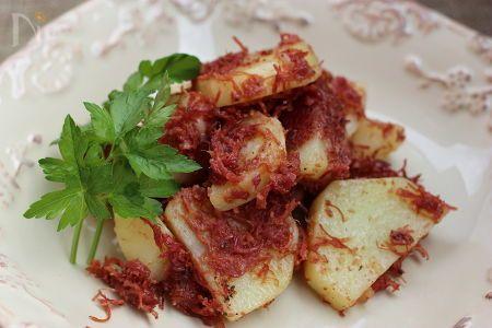 ジャガイモは、レンジでチンして、コンビーフとフライパンでササッと炒めて、味付けは、ガーリックパウダー、塩、粗挽き黒こしょうで出来上がり!