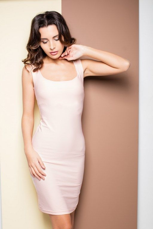 Różowa ołówkowa sukienka na ramiączkach