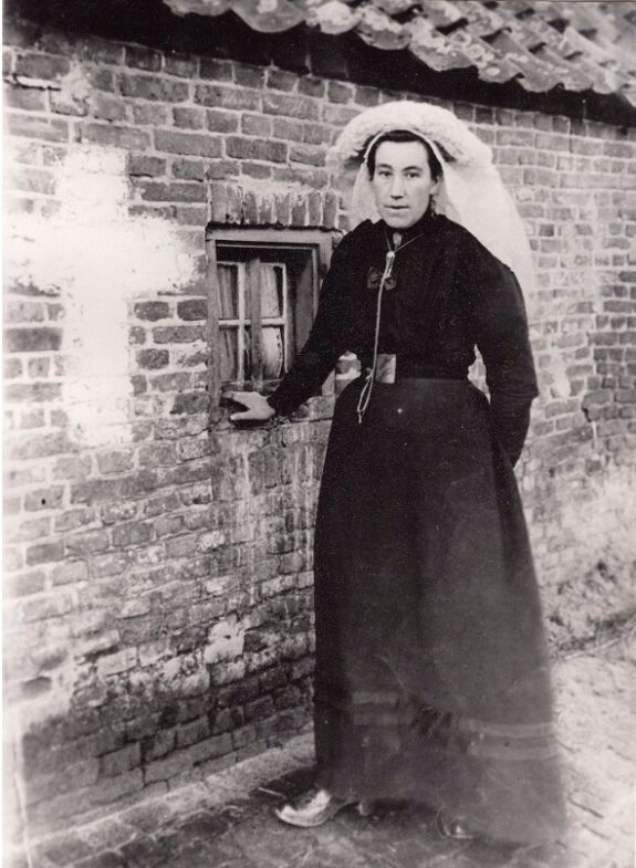 "Kee Merks op z""n zondags met poffer en gouden ketting, 1936 -11076 Foto- en filmcollectie Heemkundekring ""Dye van Best""  #Brabant"