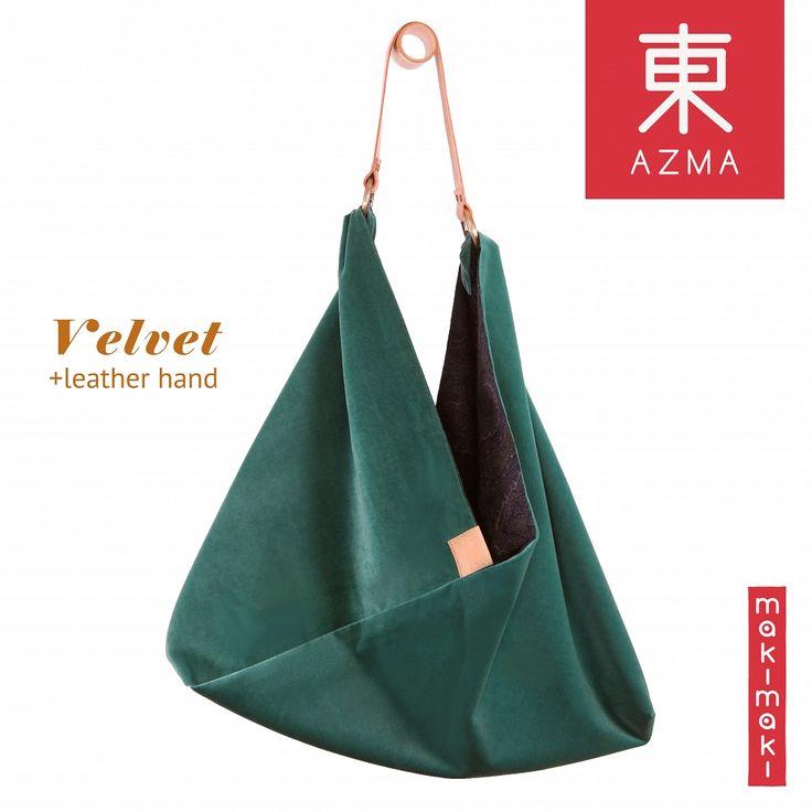 Azma to tradycyjna japońska torba w nowoczesnym, europejskim wydaniu. Bardzo pojemna, uszyta aksamitu z bawełniana podszewką. Wewnątrz dyskretne, magnetyczne zamknięcie i sprytnie ukryta kieszonka na telefon. Skórzany pasek jest odpinany, co umożliwia pranie torby.
