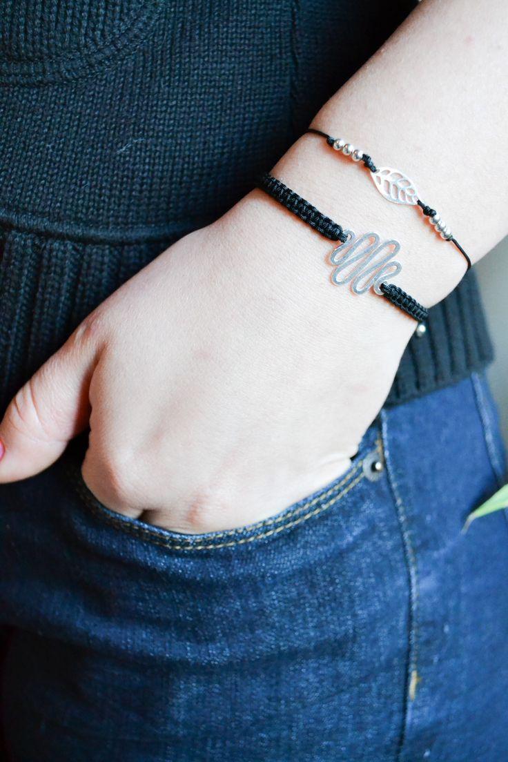 Brățară fina de mătase cu pandant modern din argint.   Silk bracelet with modern silver pendant.