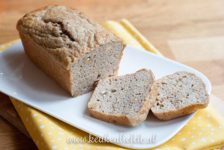 Een makkelijker recept voor een verantwoord tussendoortje zul je niet snel vinden. Dit bananenbrood bevat geen boter of olie, is suikervrij en goedgevuld met walnoten en een vleugje kaneel. Je kunt er